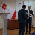 Председатель ТИК Замараев О.В. вручает удостоверение главе Кубенского сельского поселения Л.Н. Черняеву